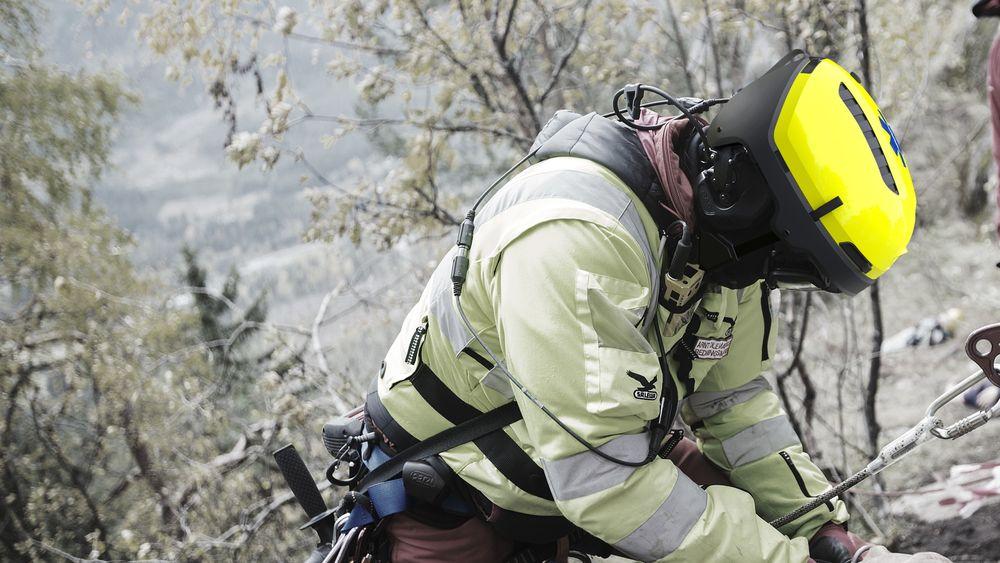 Redningsmann fra Norsk Luftambulanse på test og evaluering av den nyutviklede redningshjelmen.