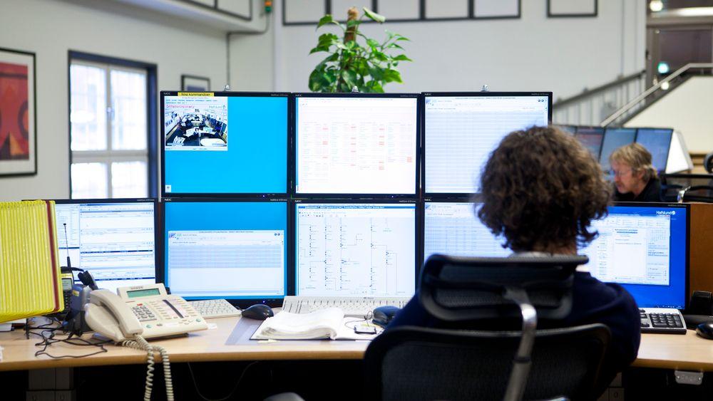 NVE fant at nettselskapene etterlater seg altfor mye informasjon på nett. Kart, bilder og informasjon om ansatte kan pusles sammen til nyttige verktøy for kriminelle og andre som vil inn i styringssystemene. Pressebilder, som dette fra Hafslunds kontrollrom i Oslo, kan gi informasjon om både ansatte og teknisk utstyr. Det er ikke kjent hvilke nettselskaper som ble ettergått i NVEs forsøk.