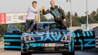 - 7,42 er en god tid, sier Stefan Weckbach (t.v). Her feirer han verdensrekorden rundt Nürburgring sammen med sjåfør Lars Kern.