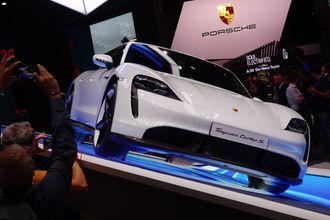 Ingenting å si på interessen da Porsche viste frem Taycan på årets IAA.