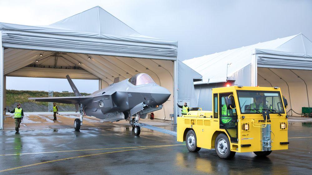 Et av de tre nyeste F-35-flyene i ferd med å parkere i et deployerbart shelter på Ørland.