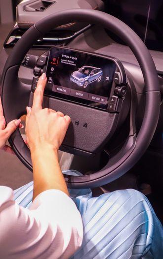 Den sju tommer store skjermen på rattet er sjåførens primære kommandosenter.