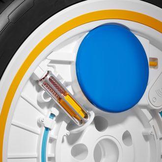 C.A.R.E. bruker en sentrifugalpumpe til å presse luft inn i dekket. Den blå rundingen er en trykktank.