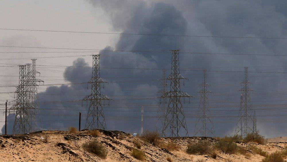 Det brøt ut branner på oljeterminalen i Buqyaq øst i Saudi-Arabia etter et droneangrep lørdag.