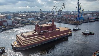 Nå er det flytende atomkraftverket på plass i Sibir: Gir strøm til Russlands nordligste by