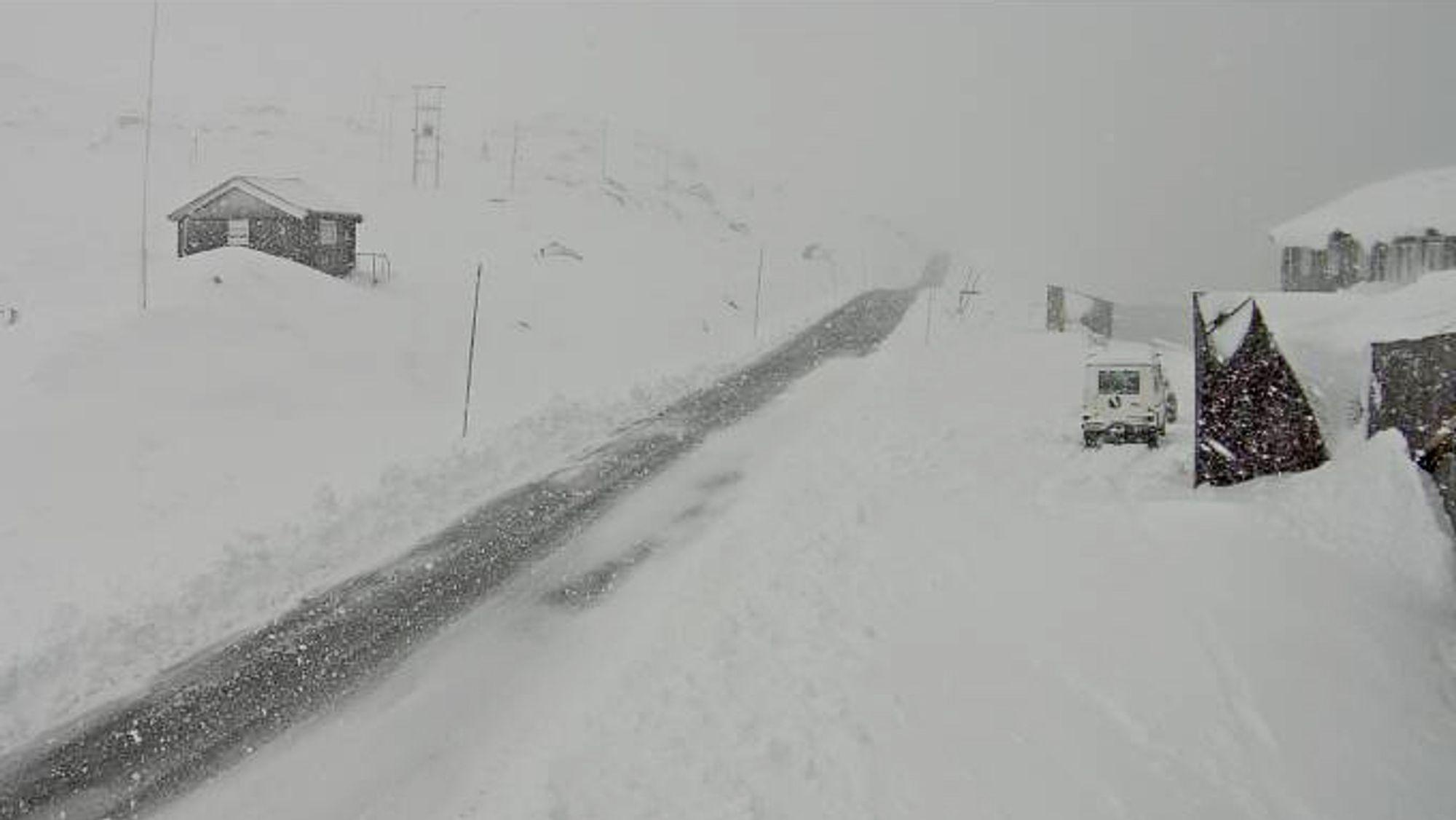 Vestlandet har fått mye nedbør denne helgen, og en lang rekke veier er stengt på grunn av ras. Dette bildet er fra riksvei 7 ved Dyranut.