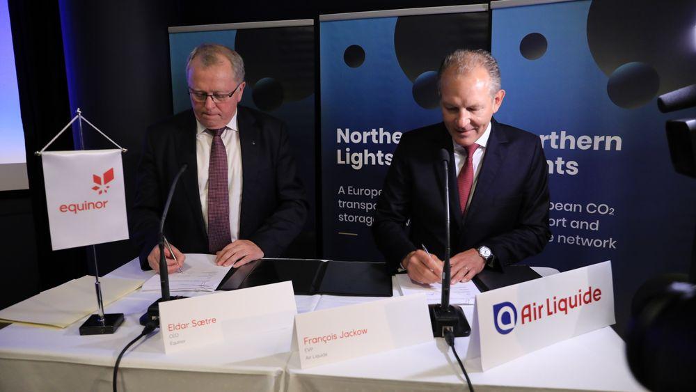 I forrige uke signerte Francois Jackow (til høyre) i Air Liquide en intensjonsavtale med Eldar Sætre og Equinor om at de vil lagre CO2 i lageret i Nordsjøen, dersom fullskalaprosjektet blir vedtatt.