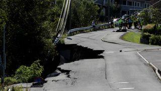 Halve veien forsvant: Minst 25 hus evakuert etter jordras i Nittedal