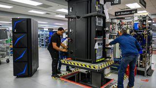 IBMs ingeniører klargjør en Z15, som nå er lansert etter fire års utvikling.