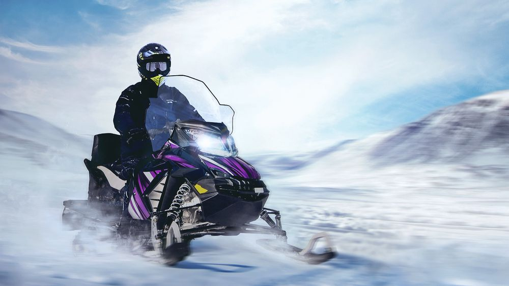 Fra desember skal Hurtigruten Svalbard tilby scootersafari med elektrisk snøscooter.