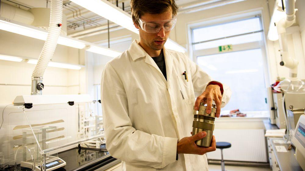 Ola Gjønnes Grendal bruker en metode som fungerer som en trykkoker for å kunne lage materiale som kan bli til kunstige bier.