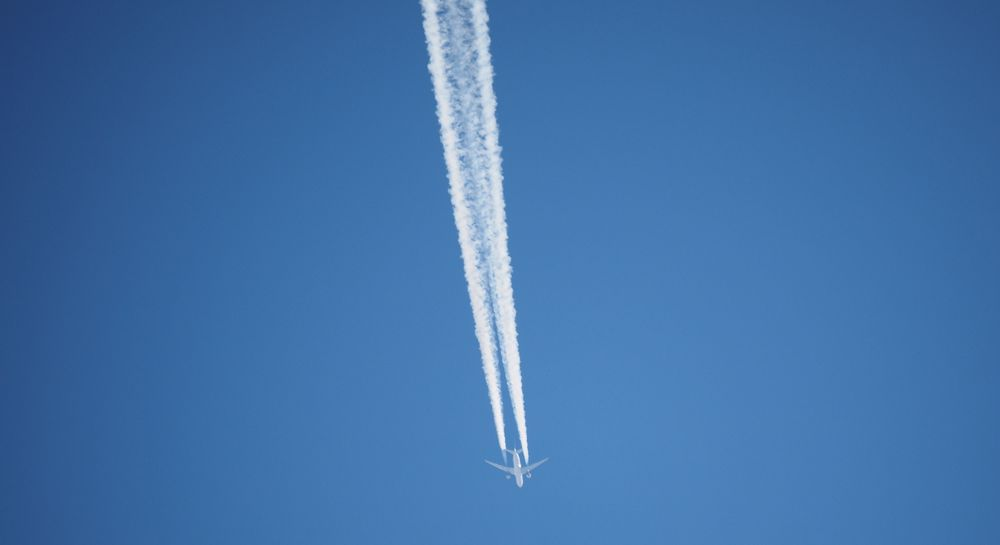 Flyet etterlater kondensstriper over himmelen. FNs klimapanel, IPCC, har anslått at effekten av disse kan være to til tre ganger høyere enn effekten av flyenes CO2-utslipp, som utgjør to prosent av de menneskeskapte utslippene av denne klimagassen.
