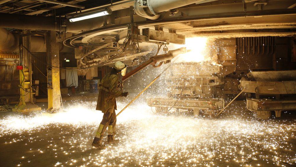 Silisium lages fra kvarts i en svært energikrevende prosess. Deretter må råstoffet gjennom fire trinn til for å bli rent nok for å brukes i solceller. REC Solar i Kristiansand skal nå utelukkende bruke gjenvunnet sagspon i sin produksjon.