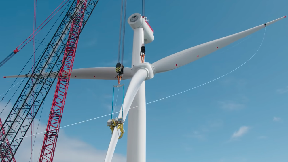 Unisont krav fra norsk industri om å satse på havvind i Norge. Her fra byggingen av Equinors Hywind Scotland.