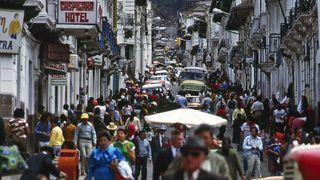 Folksomt på gaten i Ecuadors hovedstad Quito.