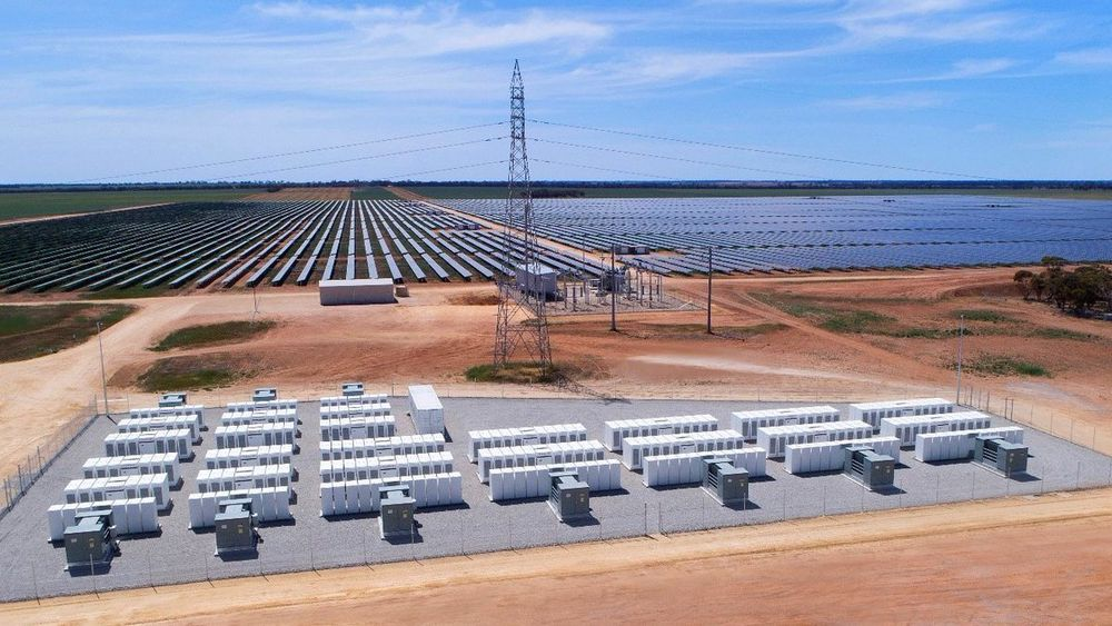 Sol- og vindkraftverk med batterilagring blir mer og mer vanlig. Her fra et prosjekt i Australia.