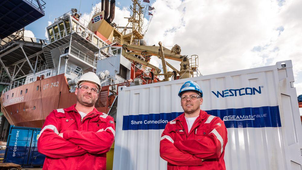 Administrerende direktør Gunvald A. Mortvedt (t.v.) og anbudssjef (tender manager) Rune Heddaland foran en container med utstyr for landstrømforsyning.