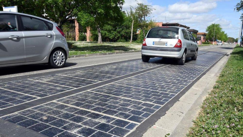 Solcelleveien ved den franske landsbyen Tourouvre-au-Perche ble innviet i desember 2016. Siden den gang har veien ikke levd opp til forventningene, i tillegg til at solcellene går raskt i stykker og øker trafikkstøyen.
