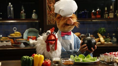 Camilla the Chicken og Swedish Chef fra The Muppet Show som gjester i talkshowet Jimmy Kimmel Live i 2016.