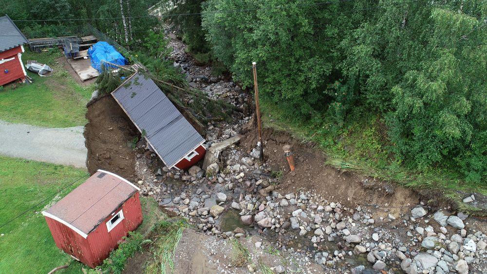 Store nedbørsmengder førte til flom og oversvømmelse i Brumunddal i sommer. Veien ble vasket bort og et uthus ble tatt av vannmassene.