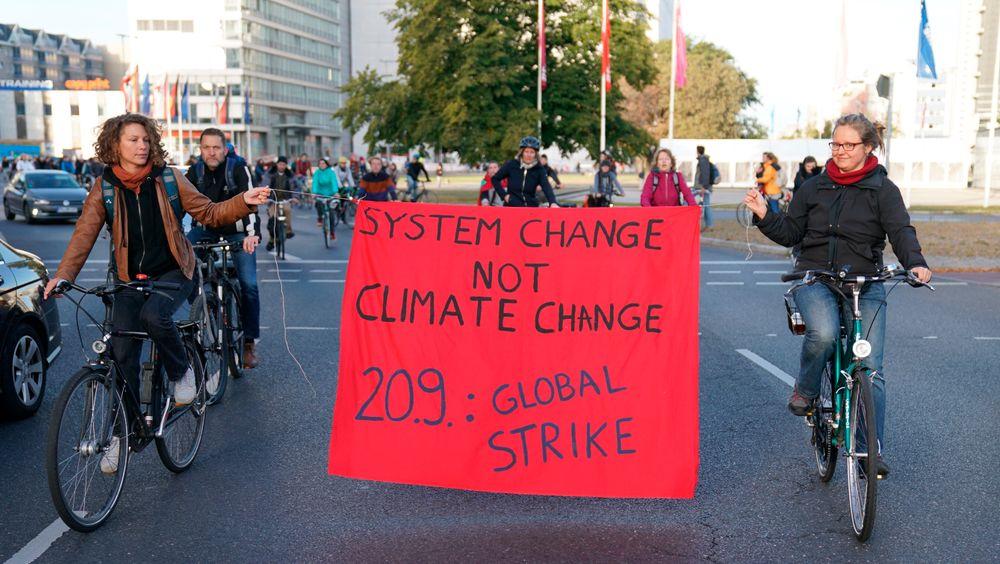 Tyske protester: Demonstranter holder et banner på en sykkelparade i Berlin, fredag 20. september, under den verdensomspennende Friday for future-marsjen