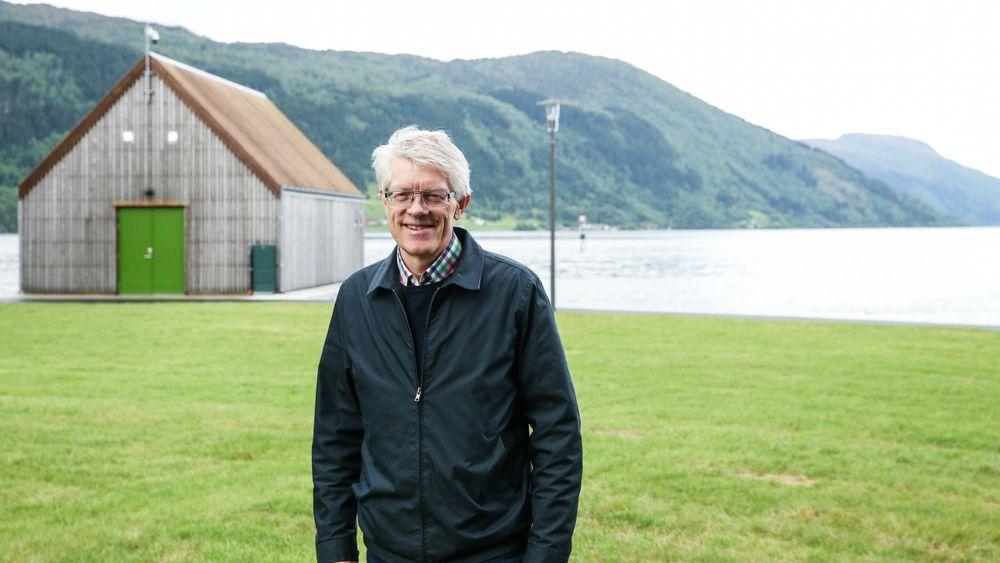 Grønn energi: Magne Hjelle, daglig leder i Fjordvarme AS, ved vekslerhuset der sjøvannet kommer inn til land. Bygget står like ved vikingsenteret Sagastad og er bygget i samme stil. Det er også tegnet av samme arkitekt – professor Arild Waage.