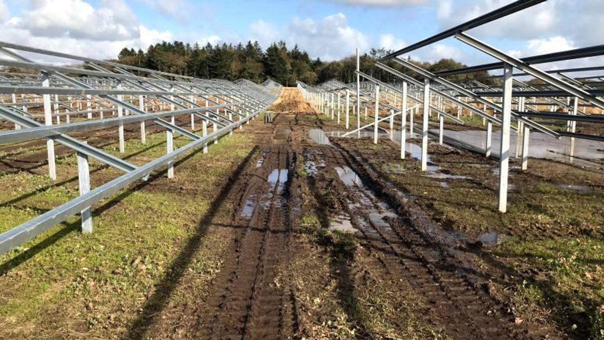 Googles eget bilde av hvordan det ser ut på bakken på Mors, hvor en av de fem danske solcelleparkene føres opp.