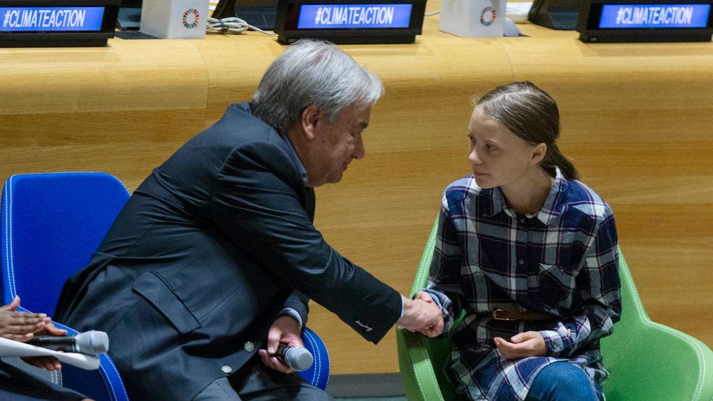 FNs generalsekretær António Guterres lyttet lørdag til budskapet til den svenske klimaaktivisten Greta Thunberg under FNs klimatoppmøte for unge i New York. Nå krever FN-ansatte at verdensorganisasjonen gjør mer for å redusere eget klimaavtrykk. Foto: AP / NTB scanpix