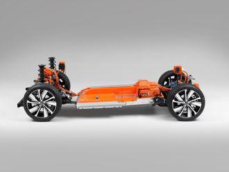 I forhold til XC40 med forbrenningsmotor, har Volvo laget nye sikkerhetsstrukturer for både folk og batteripakken. Batteriet beskyttes av et sikkerhetsbur som består av en ramme av ekstrudert aluminium.