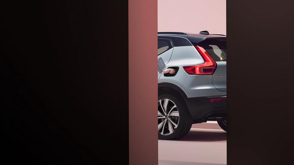 Volvo har ennå ikke sluppet bilder som viser XC40 i all sin velde. Men på dette lokkebildet ser man at ladeporten er flyttet bak på elbilen, mens den er foran førerdøren på hybriden.