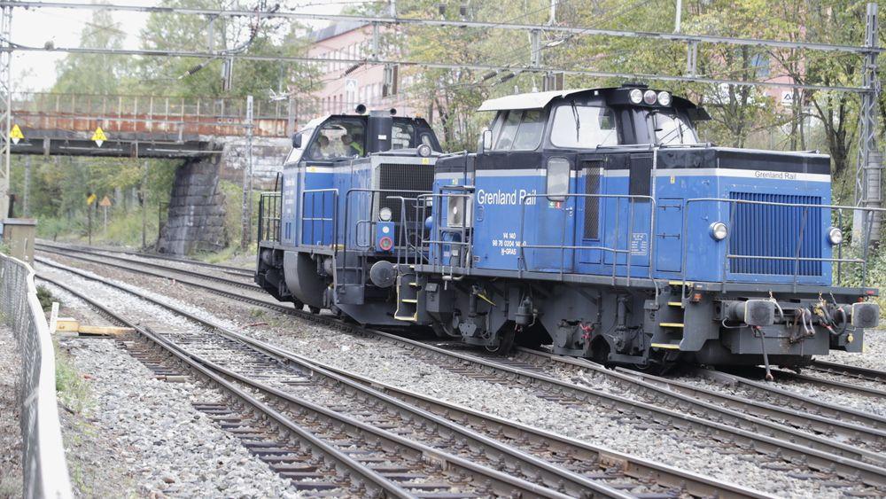 Et skiftelokomotiv har sporet av ved Bryn stasjon i Oslo.