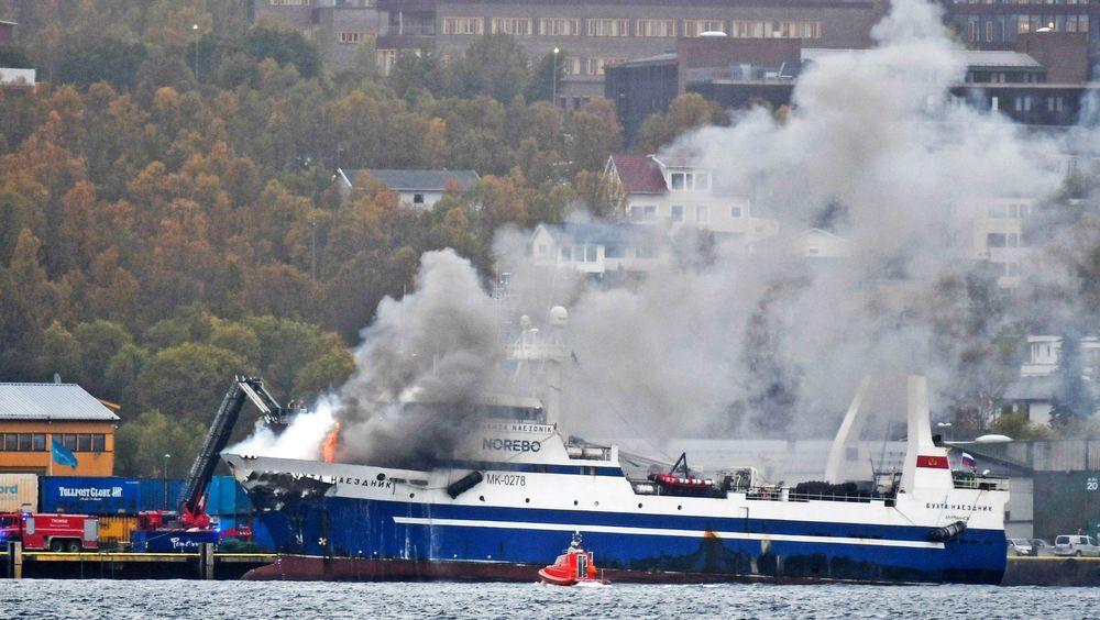 Den russiske tråleren Bukhta Naezdnik sto onsdag ettermiddag i brann ved kai i Breivika Havn i Tromsø.