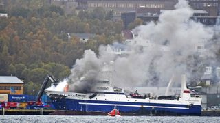 Brannvesenet har ikke kontroll: Eksplosjonsfare i brennende russisk tråler i Tromsø