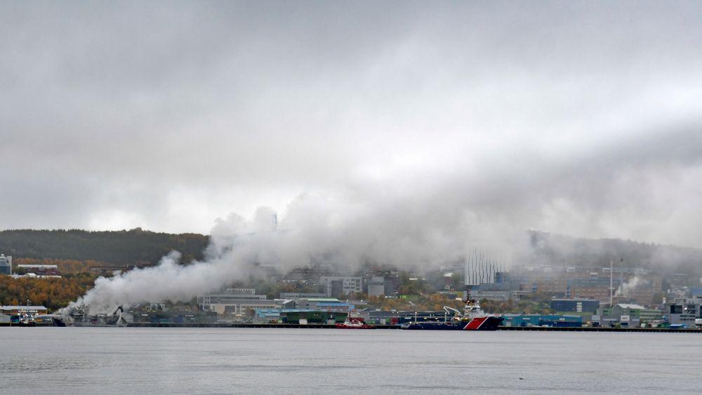 Det brenner fremdeles kraftig på den russiske tråleren ved kai i Breivika Havn i Tromsø. Universitetssykehuset i Nord-Norge ligger i røyken fra båten.