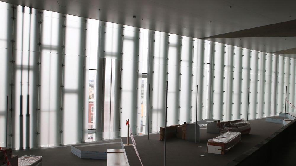 Det matte glasset gjør at byen og fjorden kun kan skimtes gjennom gliper av gjennomsiktig glass.