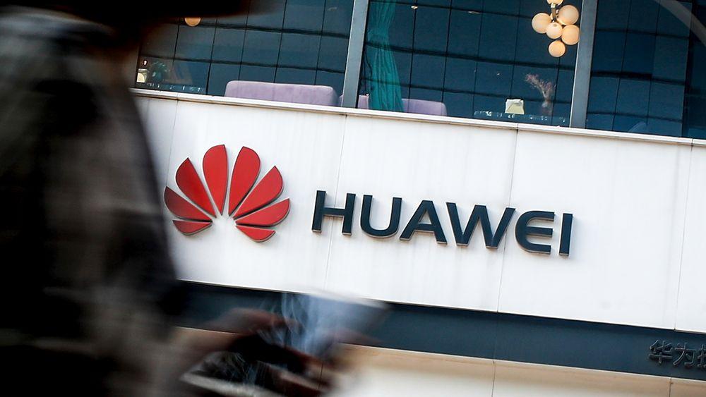 Huaweis logo i en butikk i Beijing.