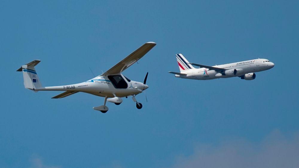 Pipistrel fløy noen oppvisningsflygninger på Paris Air Show på Le Bourget i juni. Her er det en A320 fra Air France som passerer under demonstrasjonen.
