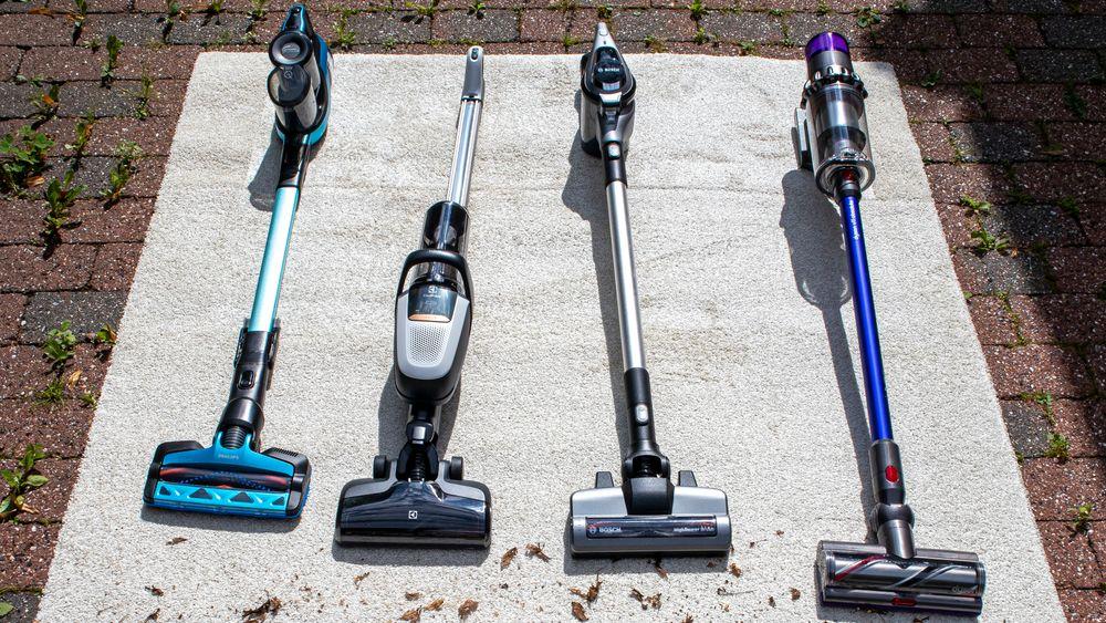 Vi har testet fire støvsugere som går på batteri. Fra venstre: Philips SpeedPro Max Aqua, Electrolux Pure F9, Bosch Unlimited BCS1ULTD og Dyson V11 Absolute.