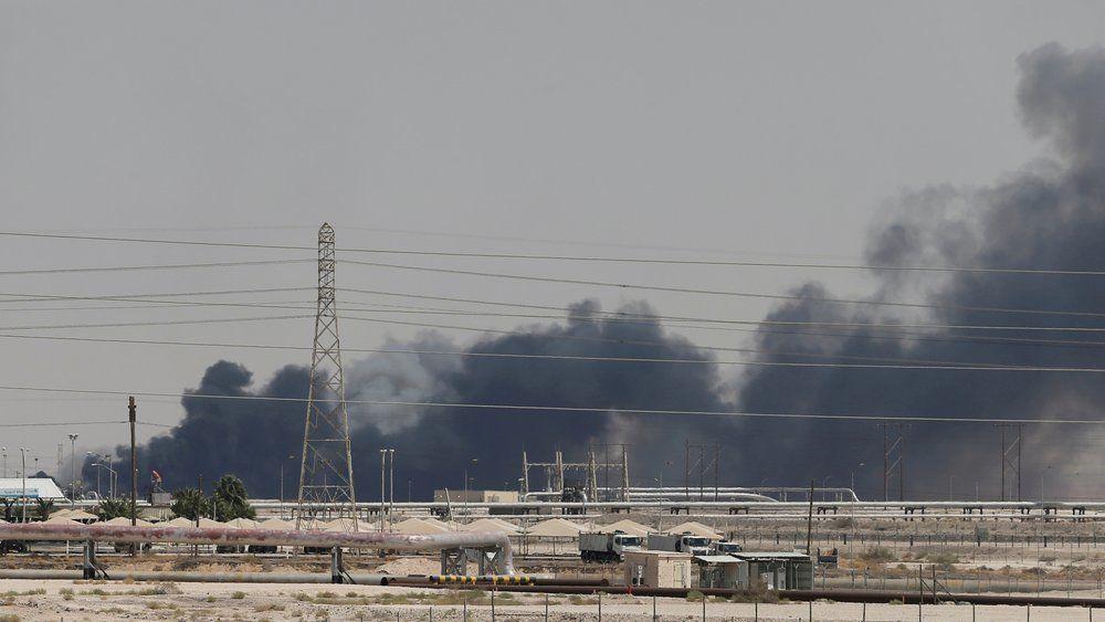 Røyk stiger opp etter droneangrepene mot Aramco-anlegget i Abqaiq i Saudi-Arabia, 14. september 2019.