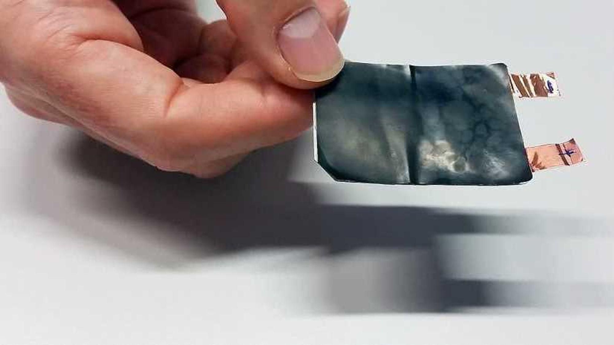 I motsetning til den flytende elektrolytten i dagens batterier, gelén i det sveitsiske batteriet verken brannfarlig eller giftig, ifølge forskerne.