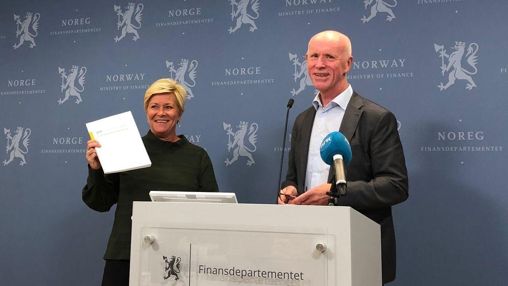 Leder Per Sanderud overrekker ekspertutvalgets anbefalinger til finansminister Siv Jensen (Frp).