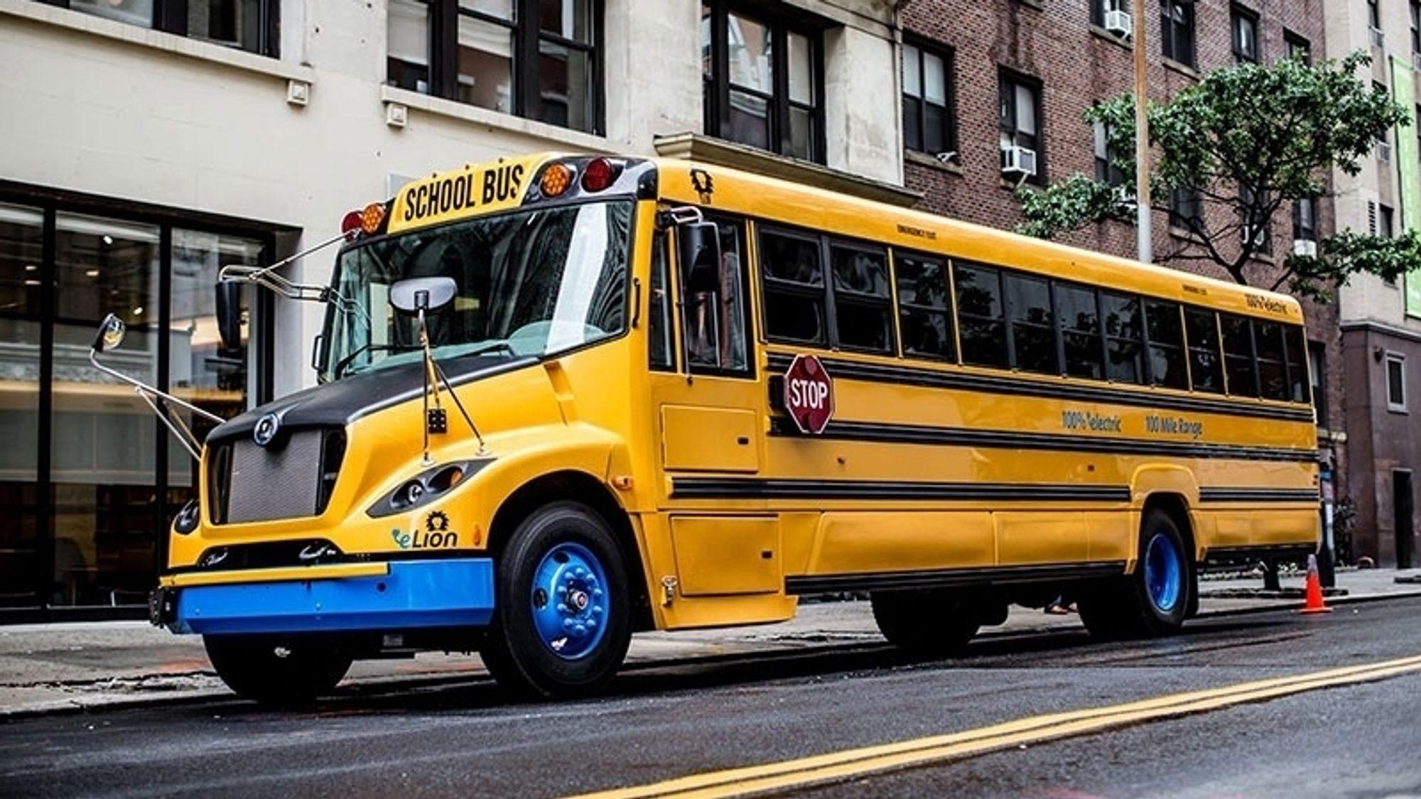 De elektriske skolebussene kobles på strømnettet, og skal bidra til å jevne ut belastningen på strømnettet i New York.