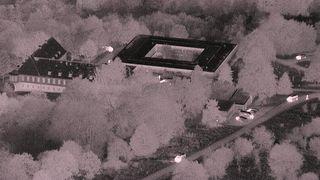 Dronebilde tatt om natten av bunkeranlegget.
