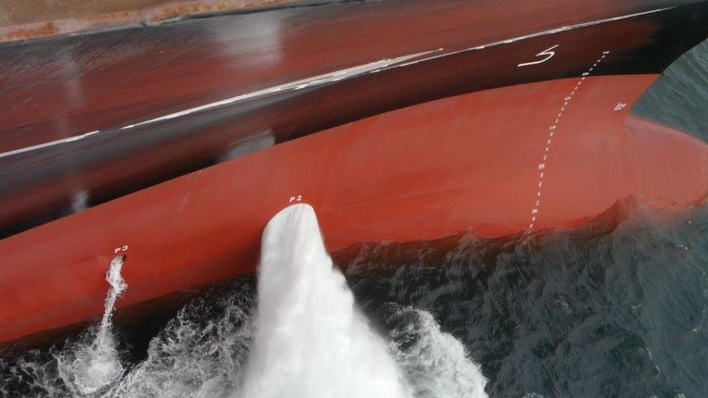 Sjøvann slippes ut et godt stykke under vannlinjen etter å ha varmet opp gass i varmeveksleren på fordekket om bord på Golar Igloo FSRU.