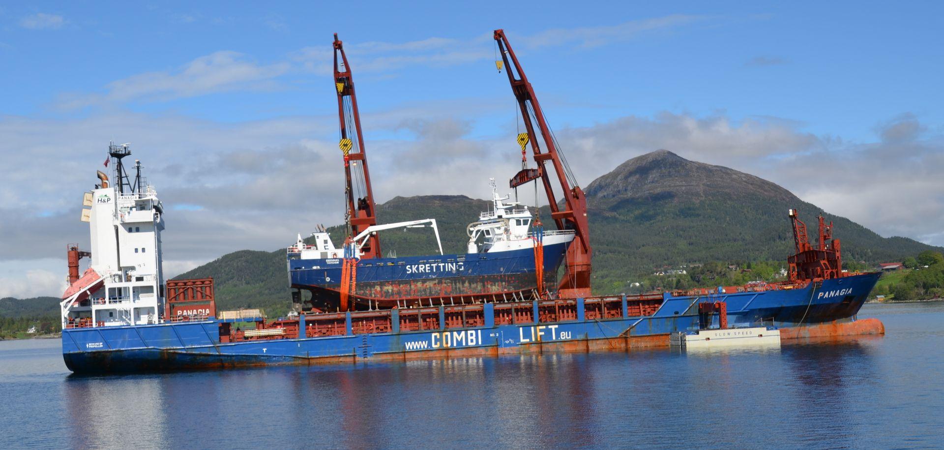 Å laste en båt på en annen båt er ikke enkelt. Uavhengige inspektører må passe på at det går riktig for seg.