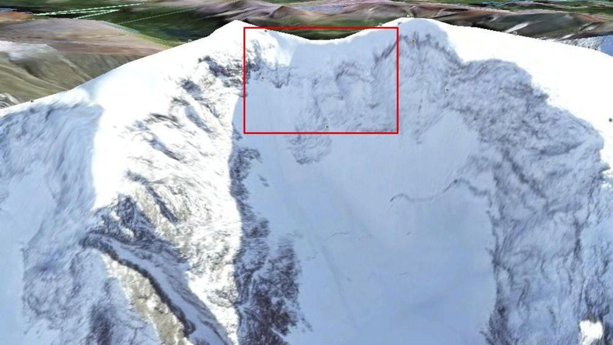 HER BLE FLYET FUNNET: Forsvaret har frigjort dette bildet tatt lørdag morgen fra et Orion-fly som har deltatt i søket etter Hercules-flyet som har vært savnet i området rundet Kebnekaise i nord-Sverige siden torsdag. Alle markeringer i bildet er gjort av Forsvaret.