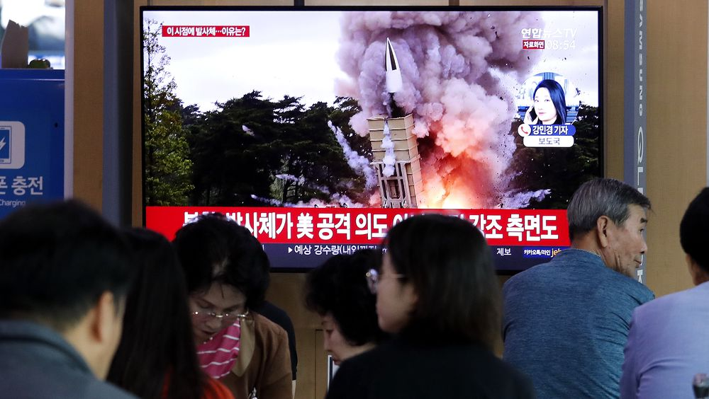 Passasjerer på en togstasjon i Seoul ser på arkivfoto av en rakettoppskyting i Nord-Korea. Onsdag skjøt Nord-Korea opp et missil, trolig fra en ubåt.