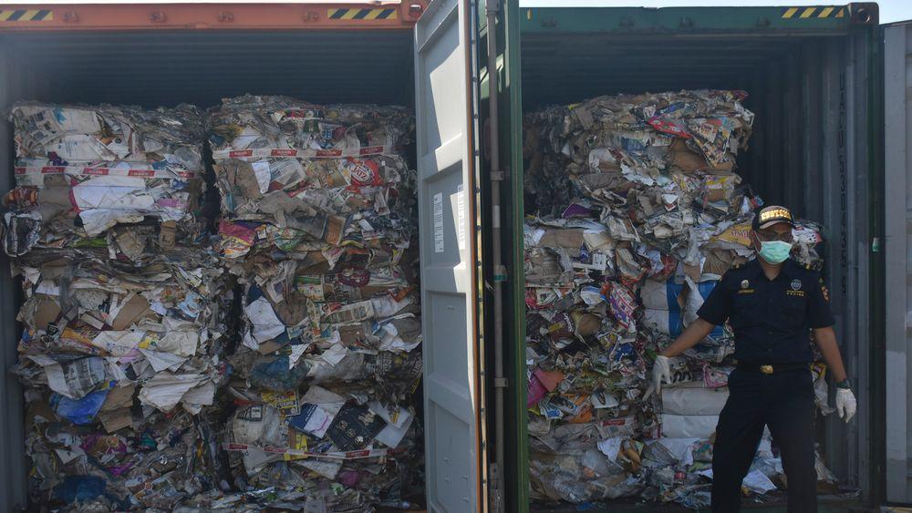 En tollbetjent har åpnet containere fulle av avfall fra Vesten i en havn øst på Java i Indonesia. I sommer begynte Indonesia å sende avfall tilbake til vestlige land fordi det er for dårlig sortert. Flere land i Asia, blant andre Kina, har satt ned foten og nekter å være vestlige lands søppeldynge.