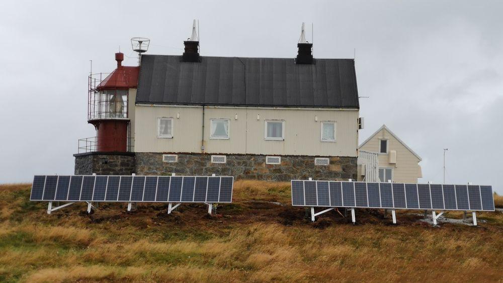 Nordøyan fyrstasjon i Vikna kommune i Trøndelag har fått 32 solcellepaneler, batteri og varmepumpe.