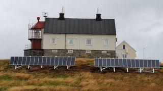 Bytter ut diesel med solceller: Gir mer driftssikre fyrstasjoner